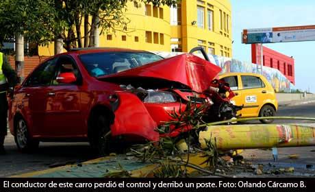 Accidente en Riohacha, en la madrugada del 5 de marzo: carro lujoso derribó un poste.